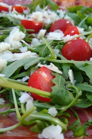 Lekka sałatka z rukolą, pomidorkami, fetą i mocarellą