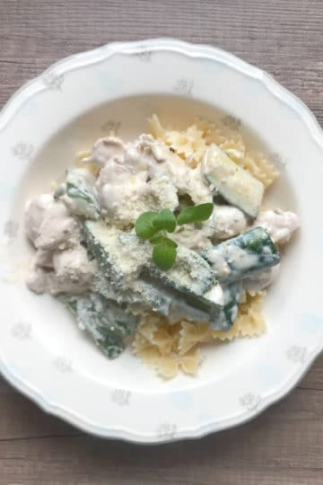 Makaron z ziołowym kurczakiem i zielonymi warzywami