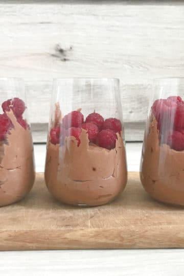Rustykalny mus czekoladowy ze świeżymi malinami