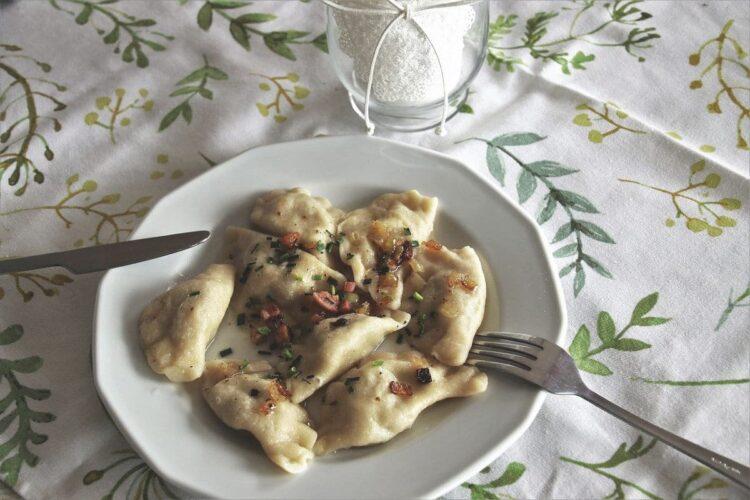 Pierogi ruskie z boczkiem i karmelizowaną cebulką