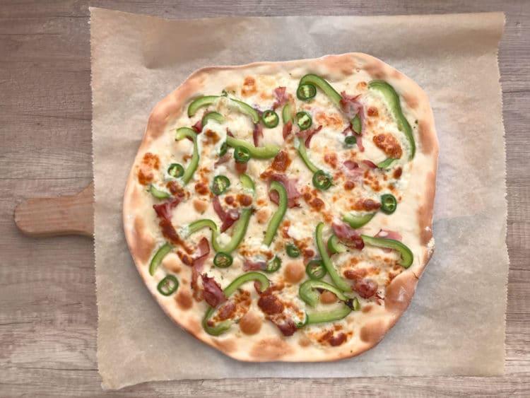 Włoska pizza z serem mozzarella i jalapeno