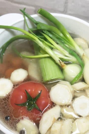 Tradycyjny rosół z bukietem warzyw i pomidorem