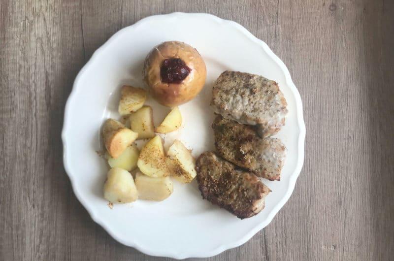 Pieczony schab z ziemniakami i faszerowanym jabłkiem