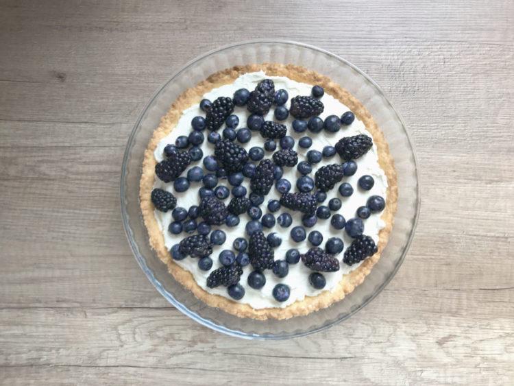 Tarta z mascarpone i ciemnymi owocami leśnymi