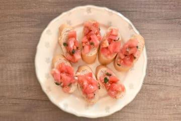 Chrupiąca bruschetta z pomidorami malinowymi