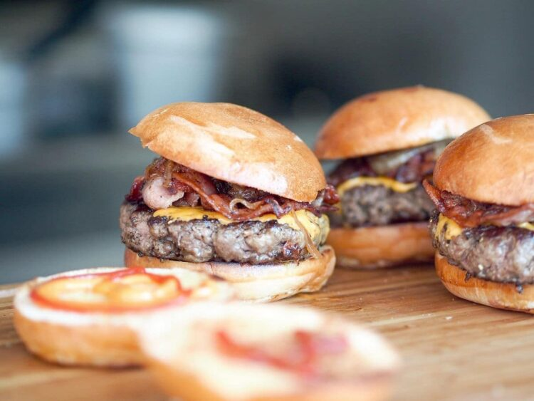 Amerykańskie burgery z soczystą wołowiną
