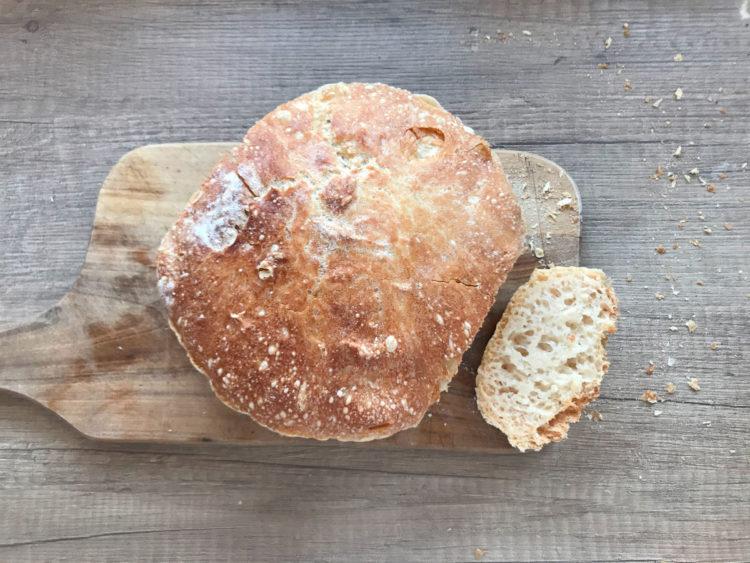 Prawdziwy chrupiący chleb pieczony w brytfannie