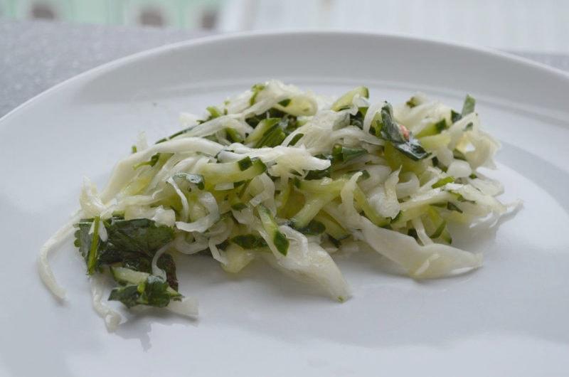 Młoda zielona kapusta zasmażana do obiadu