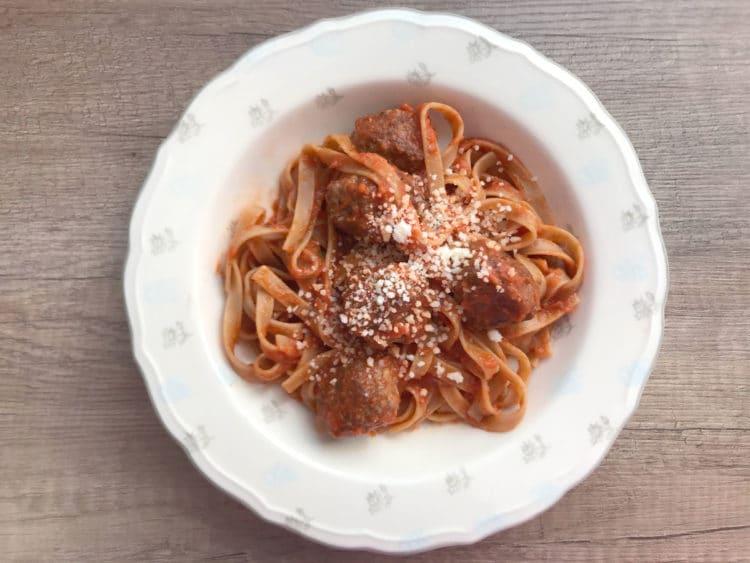 Makaron z sosem pomidorowym i mięsnymi klopsami