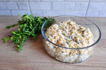 Sałatka z porem, kukurydzą i serem żółtym