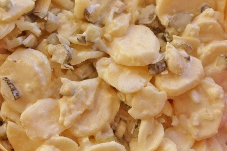 Kartoffelsalat sałatka ziemniaczana z młodych ziemniaków