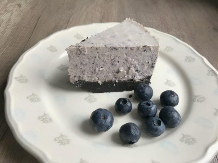 Zimny sernik borówkowy na jogurcie greckim