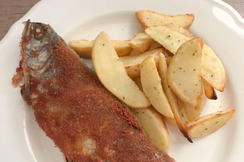 Smażona ryba w panierce z talarkami ziemniaków
