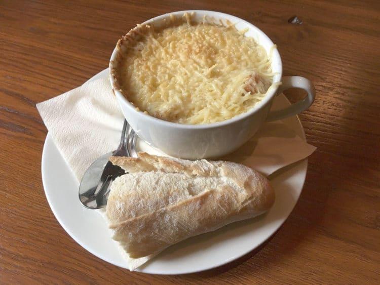 Francuska zupa cebulowa z białym winem
