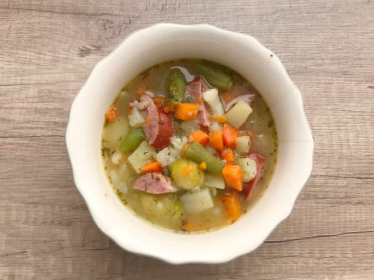 Wiosenna zupa jarzynowa z młodych warzyw