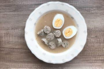 Żurek na zakwasie z białą kiełbasą i jajkiem