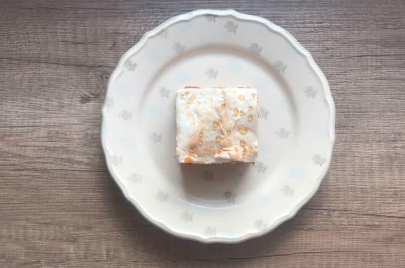 Rabarbarowo morelowe ciasto z bezą i rosą