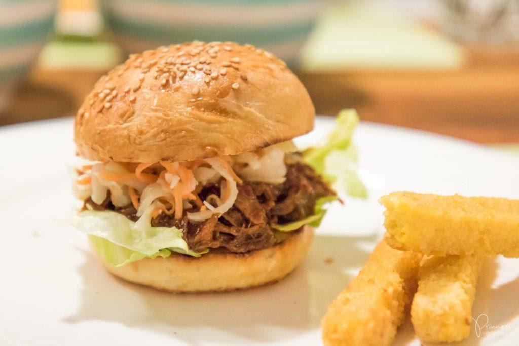 Szarpana wieprzowina w burgerach amerykańskich