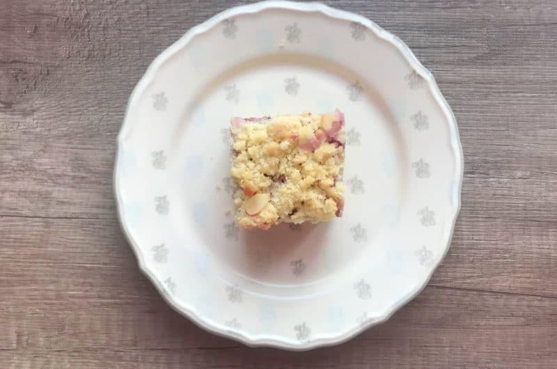 Rabarbarowe ciasto ucierane z migdałową kruszonką