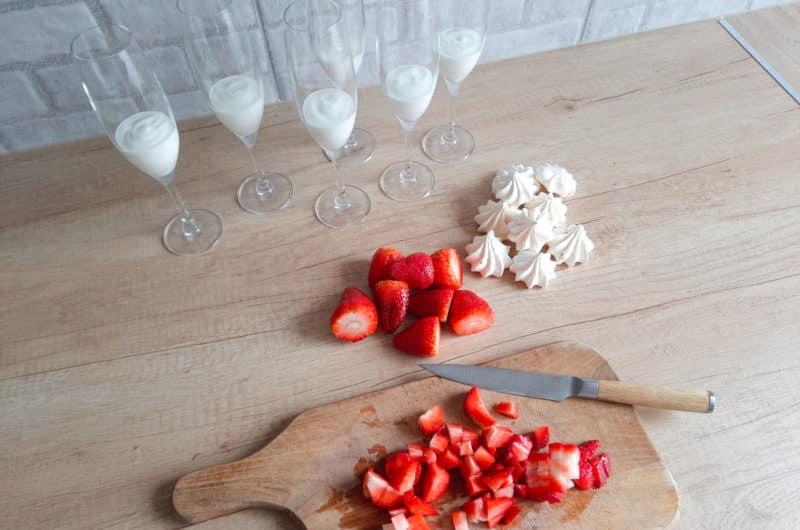 Eton mess truskawkowy z bezikami i jogurtem naturalnym