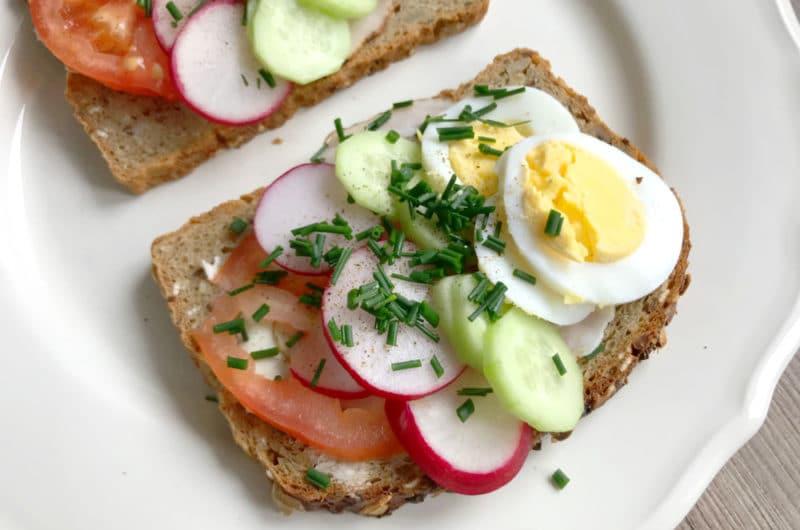 Wiosenne kanapki śniadaniowe z jajkiem i kiełbaską