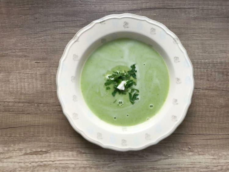 Zupa krem z zielonego groszku z fetą i pietruszką