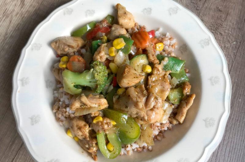 Ryż i kasza z warzywami i kawałkami kurczaka