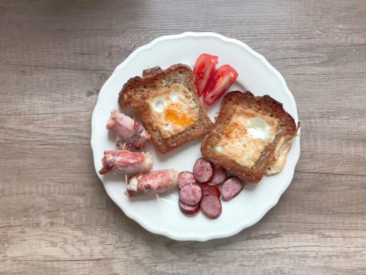 Tosty z jajkiem, roladki z parówkami i kiełbaska