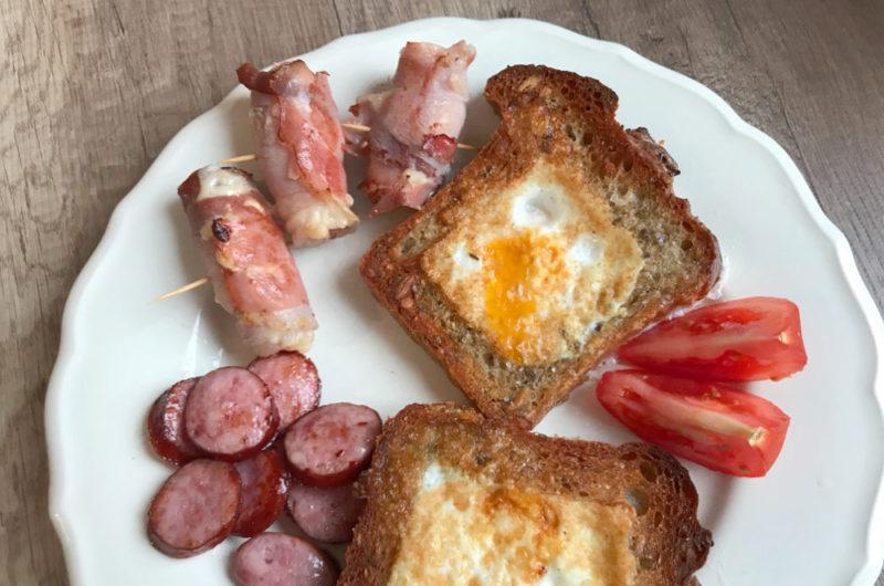 Śniadanie mistrzów z tostami i smażoną kiełbaską
