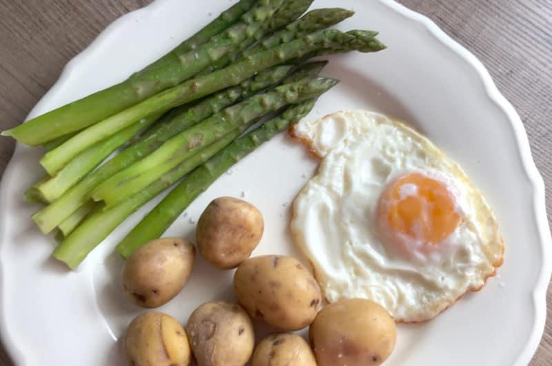 Gotowane szparagi z jajkiem sadzonym i ziemniakami