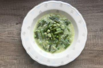Wiosenna zupa z fasolką bobem i groszkiem