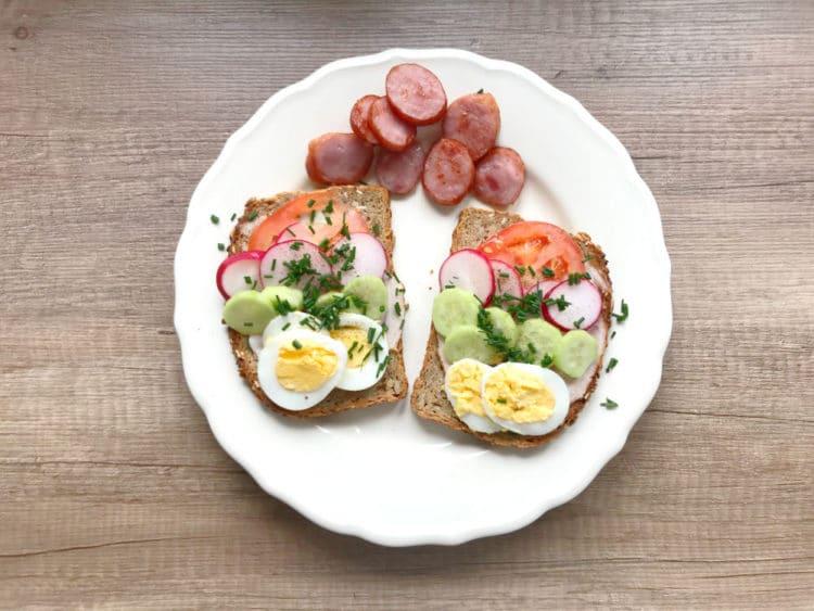 Wiosenne kanapki śniadaniowe z jajkiem