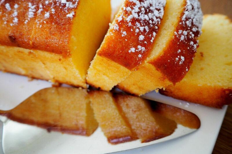 Ciasto nasączone sokiem z cytryny z kryształkami cukru