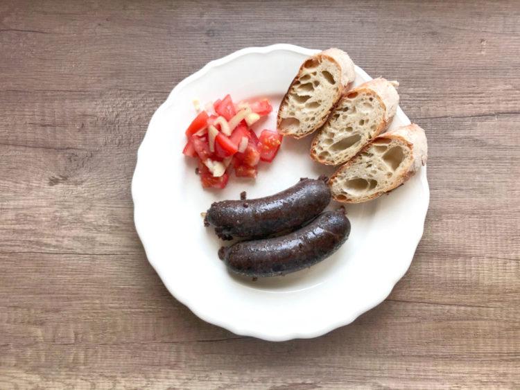 Swojska kaszanka z grilla i sałatka z pomidorów