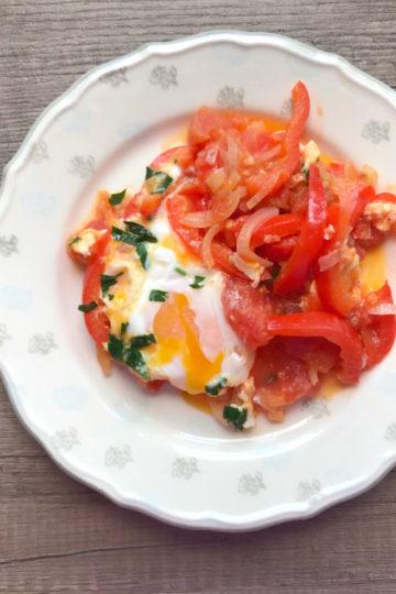 Szakszuka jajka sadzone w pikantnych pomidorach