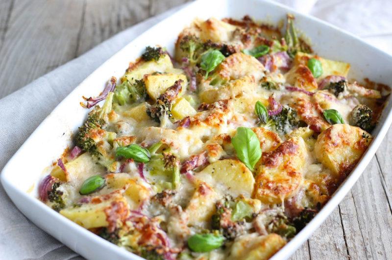 Zapiekanka z ziemniakami i sosem serowym