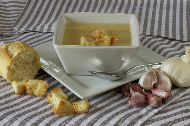 Kremowa zupa z czosnku i ziemniaków wg przepisu Magdy Gessler
