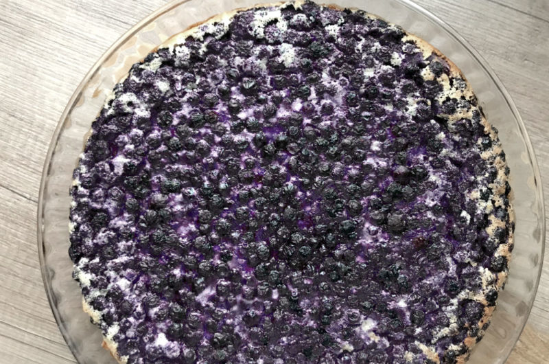 Francuskie ciasto budyniowe clafoutis z owocami lata