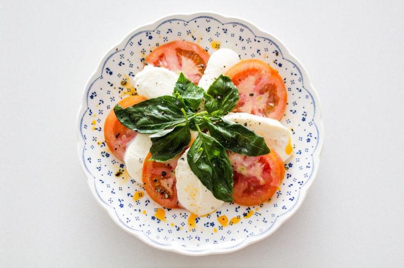 Sałatka Caprese z pomidorami i mozzarellą i świeżą bazylią