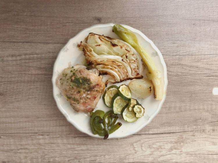 Udka kurczaka z piekarnika z białą kapustą i warzywami