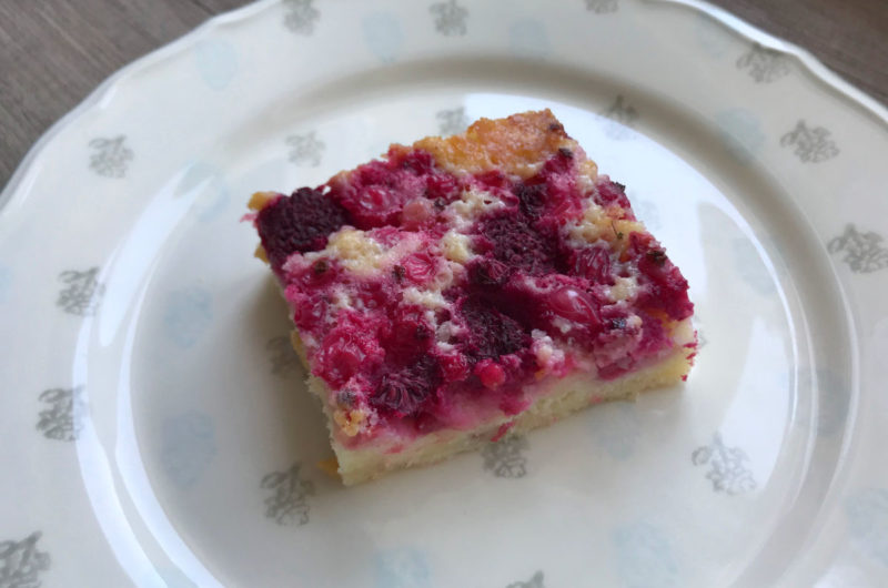 Ciasto jogurtowe z czerwoną porzeczką i malinami