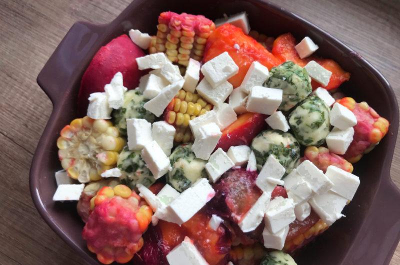 Egzotyczna sałatka z grillowaną brzoskwinią, śliwką, kukurydzą i fetą