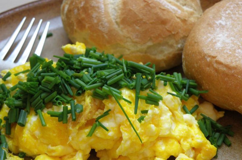 Jajecznica ze szczypiorkiem smażona na maśle