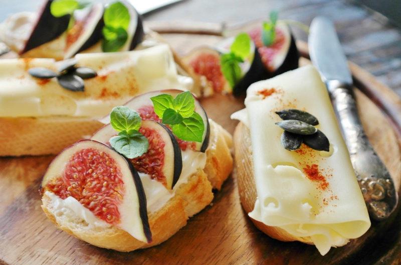 Kanapki z serem i świeżą figą