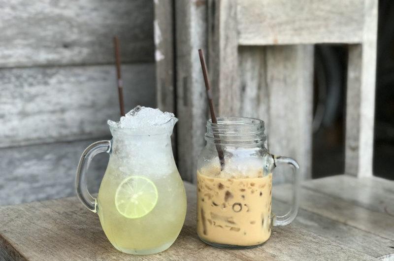 Kawa mrożona frappe z kostkami lodu i pianką