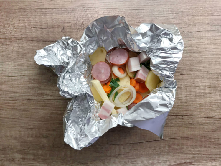 Prażone ziemniaki pieczone w sreberku na grillu