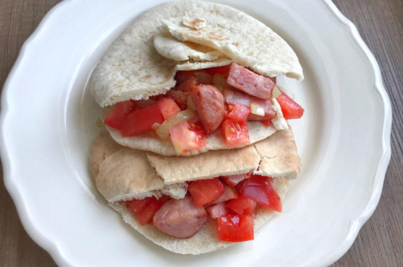 Pita nadziewana smażoną kiełbasą i pomidorami