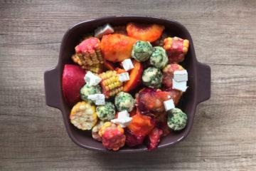 Grillowana brzoskwinia, śliwka i kolba kukurydzy