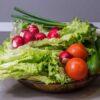 Sałatka z sałatą lodową i pomidorkami do grilla