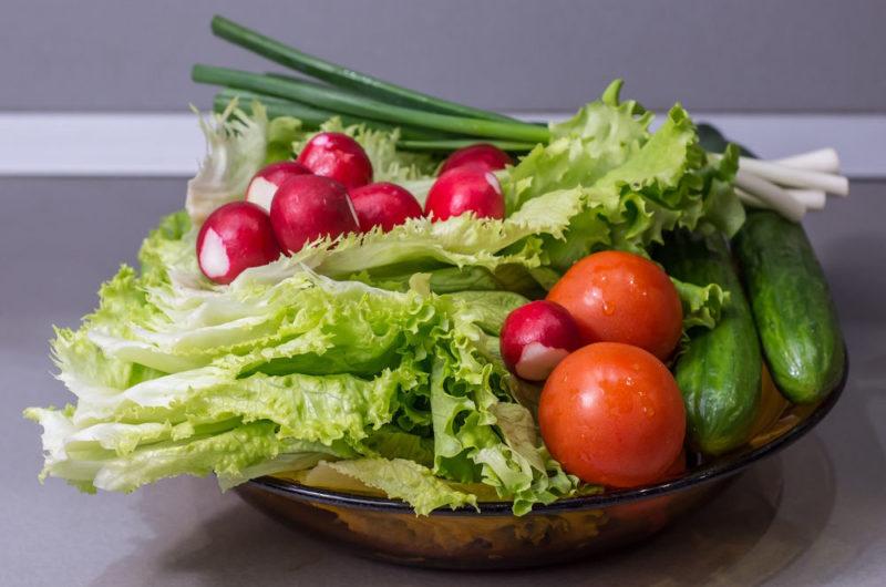 Chrupiąca sałata lodowa z sosem vinegret idealna do dań z grilla